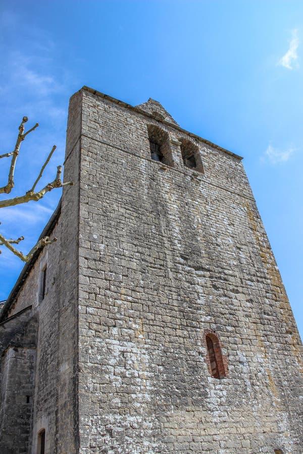 Voorzijde van versterkte kerk van Saint Julien, Nespouls, Correze, Limousin, Frankrijk stock foto