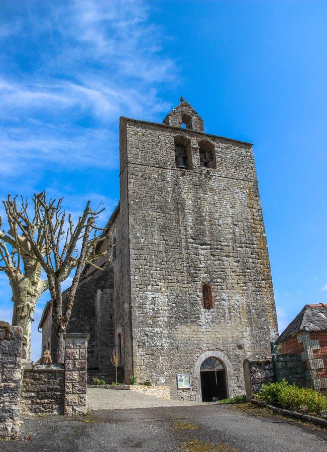 Voorzijde van versterkte kerk van Saint Julien, Nespouls, Correze, Limousin, Frankrijk stock foto's