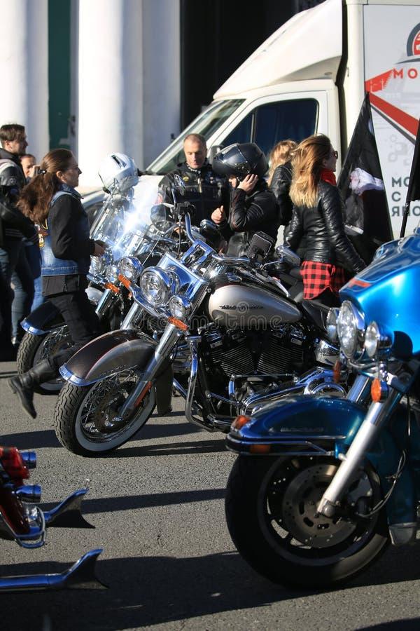 Vor dem Anfang Motorräder, Teilnehmer und Gäste Nahaufnahme, sonniger Tag lizenzfreies stockbild