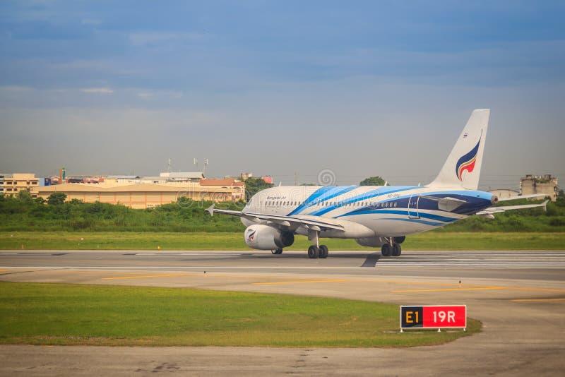 Vor dem Start Airbus-Flugzeug von Bangkok Airways (eine regionale Fluglinie angesiedelt in Bangkok) fährt, an Suvarnabhumi-Flugha stockbild
