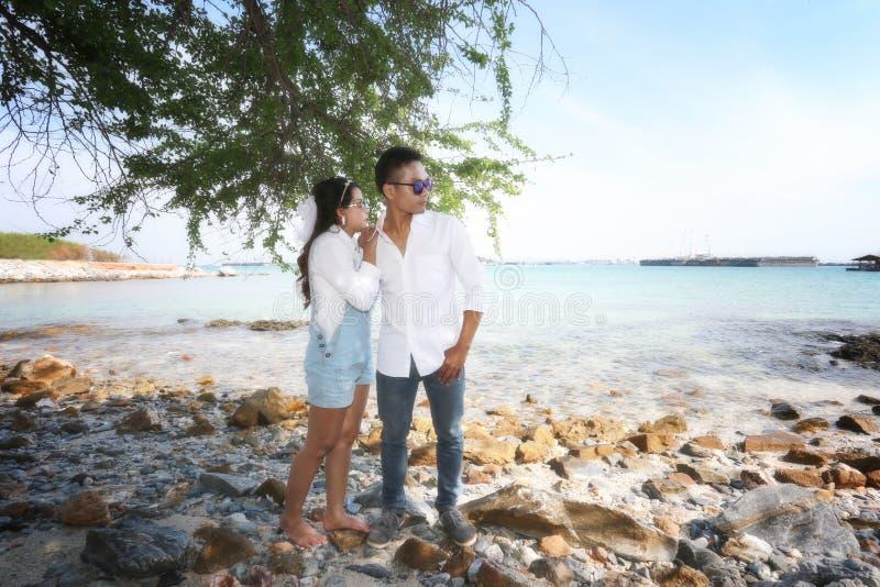 Vor Heiratsfoto von romantischen thailändischen Paaren auf Küste lizenzfreie stockfotos