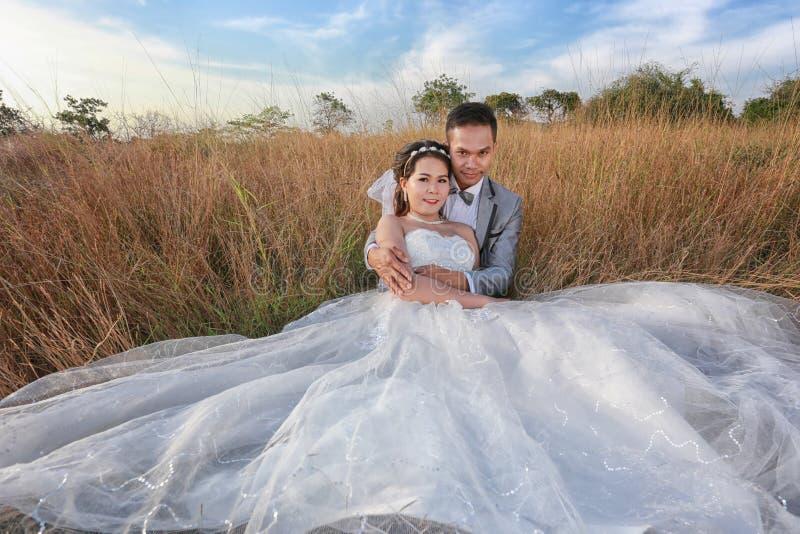 Vor Heiratsfotos des Braut- und Bräutigamasiaten in der Konzeptliebe von f lizenzfreie stockfotos
