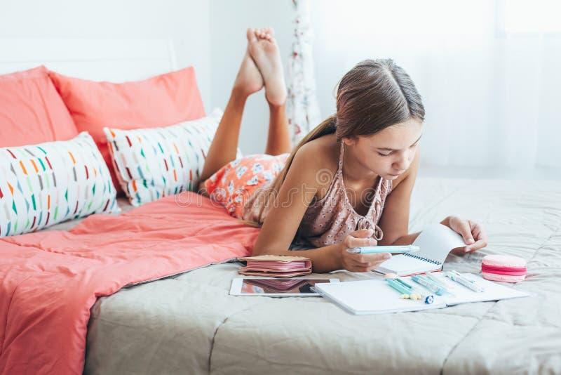 Vor jugendlich Mädchen, das Schulhausarbeit tut lizenzfreies stockfoto