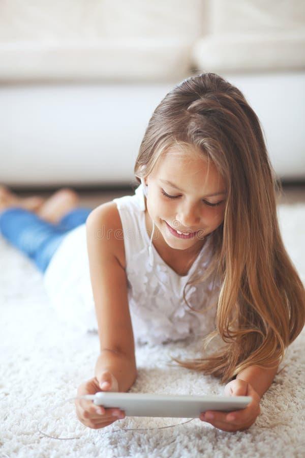 Vor jugendlich Mädchen mit Tabletten-PC stockfoto