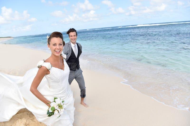 Vor kurzem verheiratetes Paar in den karibischen Inseln lizenzfreie stockfotografie