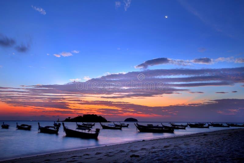 Vor Sonnenuntergang mit Dämmerung in Andaman-Meer, Thailand lizenzfreies stockbild