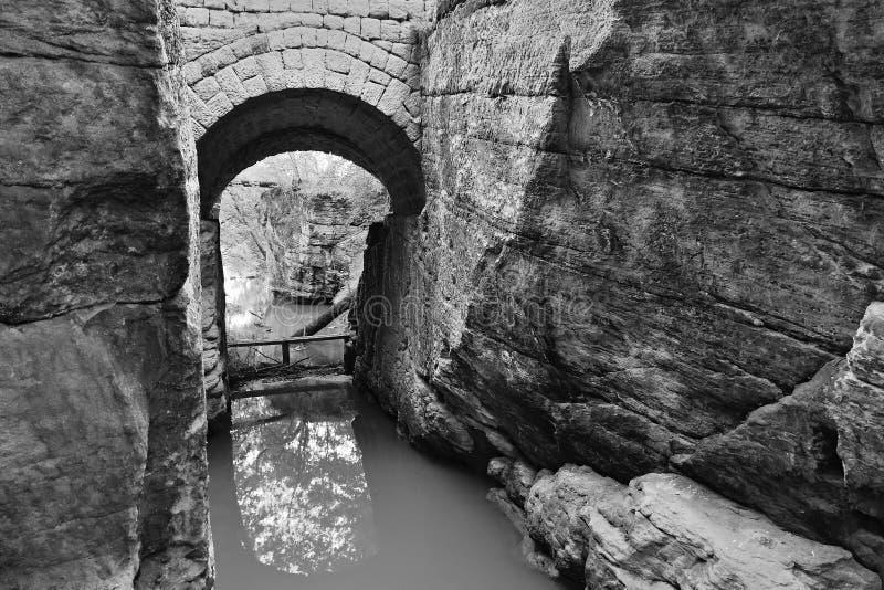 Voragine di Monaco di Baviera con piccolo Beaver Creek nella zona turistica del kraj di Ceco Machuv con stylization in bianco e n fotografia stock