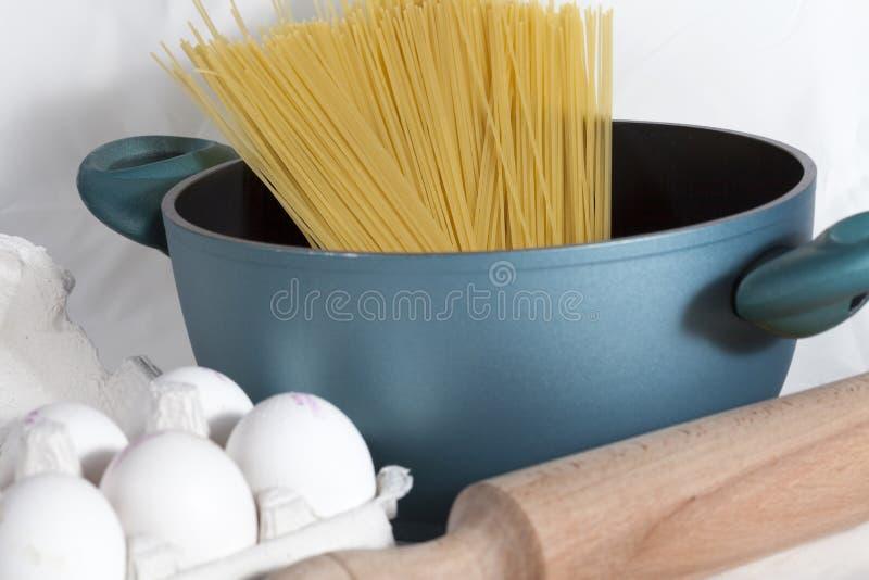 Vorbereiten der Spaghettis stockbild