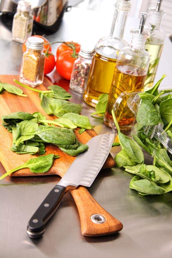 Vorbereiten der Spinatblätter auf Ausschnittvorstand lizenzfreies stockfoto
