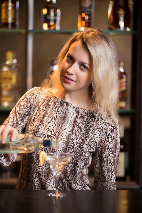 Vorbereiten des Alkoholgetränks am Barzähler stockfoto