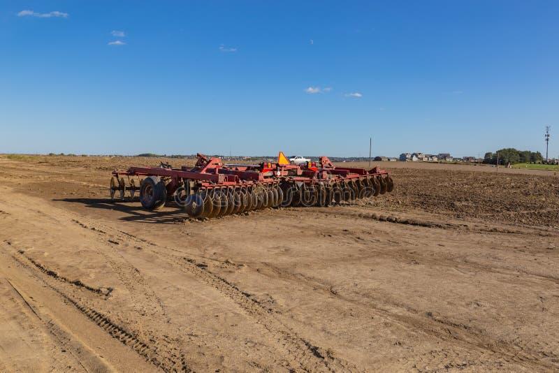 Vorbereiten des Bauernhofes oder des Feldes für bevorstehende pflanzende Jahreszeit lizenzfreie stockfotos