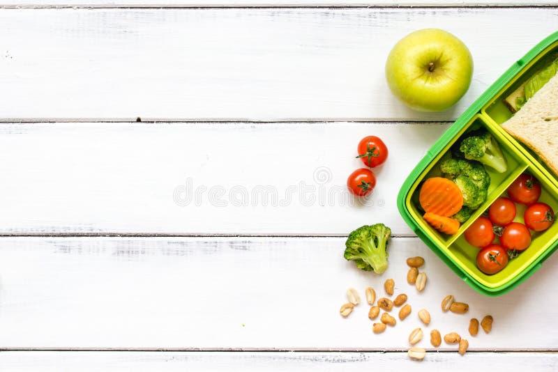 Vorbereiten des Mittagessens für Kinderschuldraufsicht über hölzernen Hintergrund stockfotos