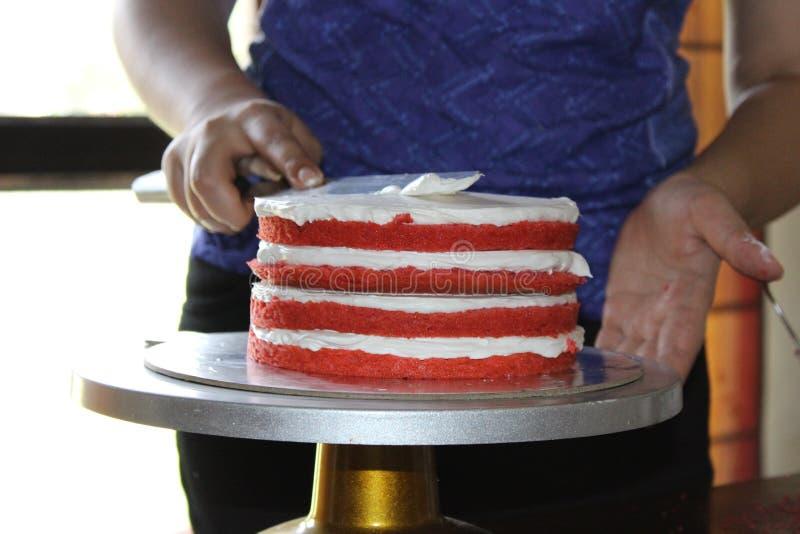 Vorbereiten des roten Samt-Kuchens stockfotografie
