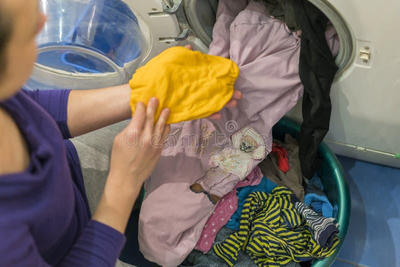 Vorbereiten des Waschzyklus Waschmaschine, Hände und Kleidung lizenzfreies stockfoto