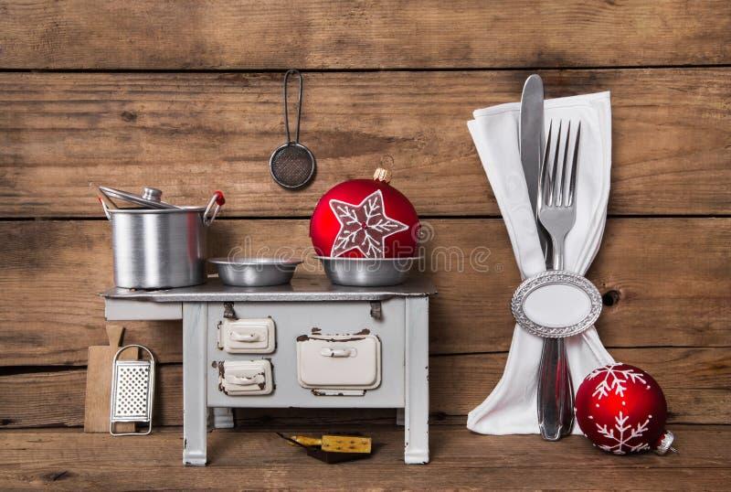 Vorbereiten des Weihnachtsabendessens Hölzerner Hintergrund mit Tischbesteck und O lizenzfreies stockfoto