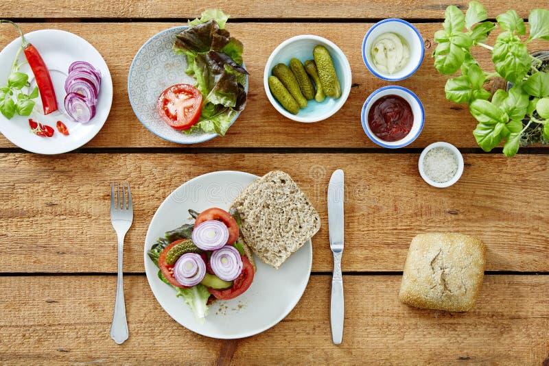 Vorbereiten eines gesunden köstlichen Sandwich foodie Mittagessens lizenzfreie stockbilder