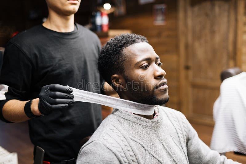 Vorbereiten für Haarschnitt stockfotografie
