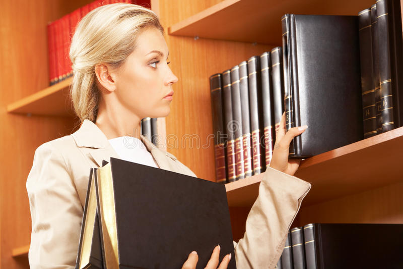 Vorbereiten für Seminar lizenzfreie stockbilder