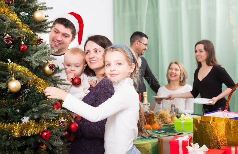 Vorbereiten für Weihnachtsfeier lizenzfreies stockfoto