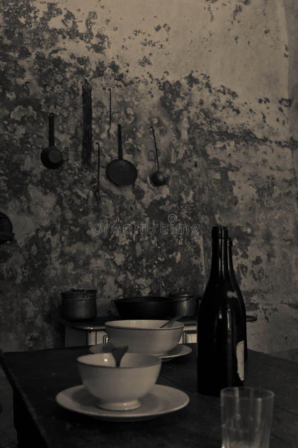 Vorbereitete Tabelle in einer alten Küche stockbild