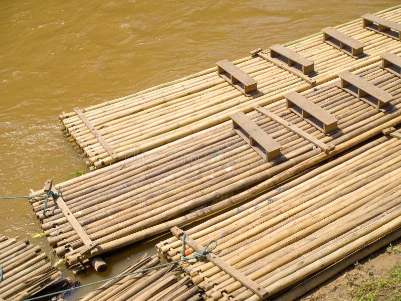 Vorbereiteten die Bambusflösse und bereiten für Touristen vor stockfoto