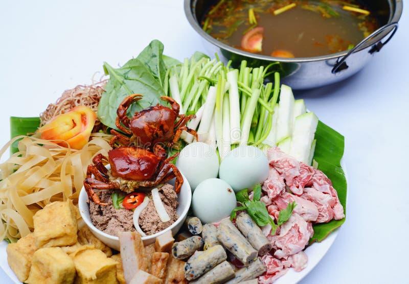Vorbereiteter heißer Topf der vietnamesischen Landschaft mit lokaler kleiner Krabbe stockfotos