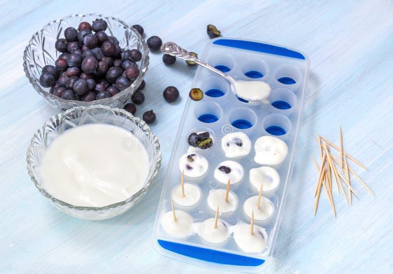 Vorbereitung der Eiscreme stockbilder