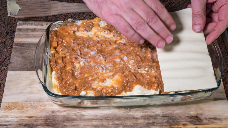 Vorbereitung der Lasagne lizenzfreie stockbilder