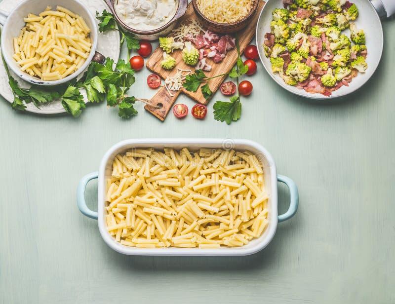 Vorbereitung der Teigwarenkasserolle mit romanesco Kohl und Schinken in der sahnigen Soße kochend, die zu bereit ist, backen Sie, lizenzfreie stockfotos