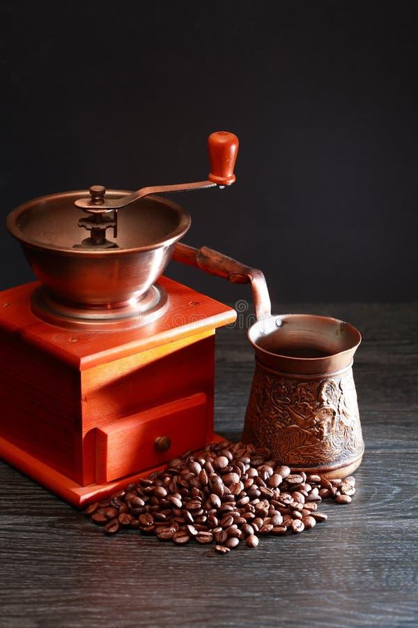Vorbereitung des türkischen Kaffees lizenzfreie stockfotos