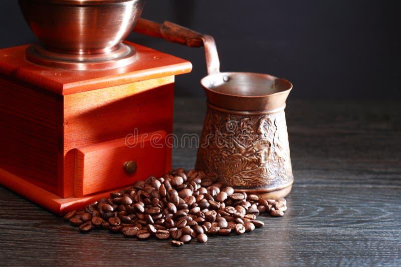 Vorbereitung des türkischen Kaffees lizenzfreie stockbilder