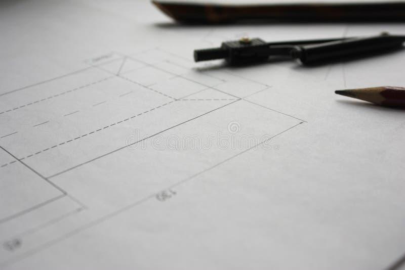 Vorbereitung für Dokumententwürfe, Zeichnungen, Werkzeuge und Diagramme auf dem Tisch stockfoto