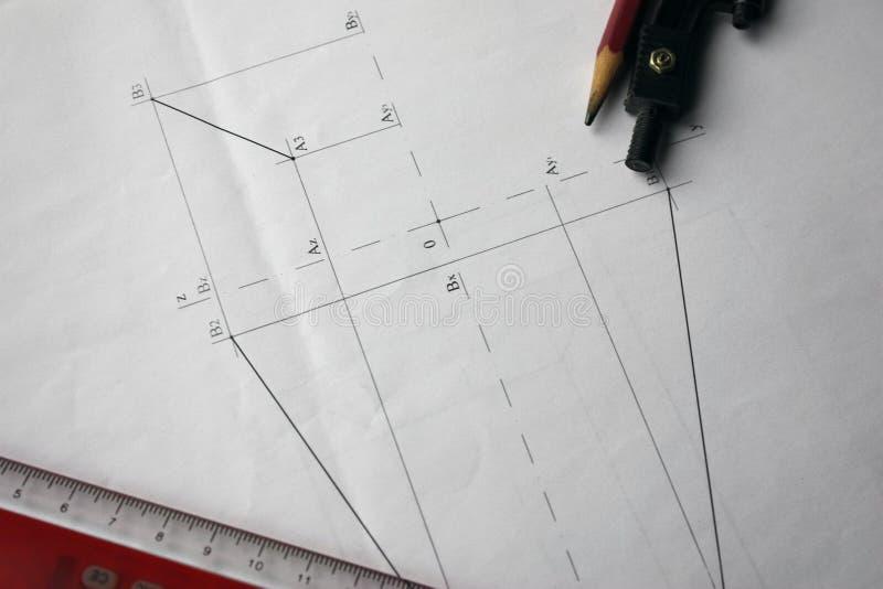 Vorbereitung für Dokumententwürfe, Zeichnungen, Werkzeuge und Diagramme auf dem Tisch stockfotografie