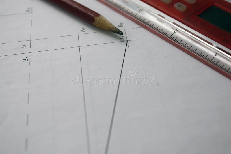 Vorbereitung für Dokumententwürfe, Zeichnungen, Werkzeuge und Diagramme auf dem Tisch stockfotos