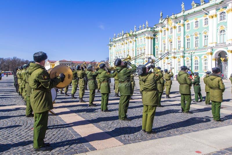 Vorbereitung für Militärsiegparadesieg im Zweiten Weltkrieg wird jedes Jahr am 9. Mai für Palast-Quadrat in St Petersburg ausgege stockbilder