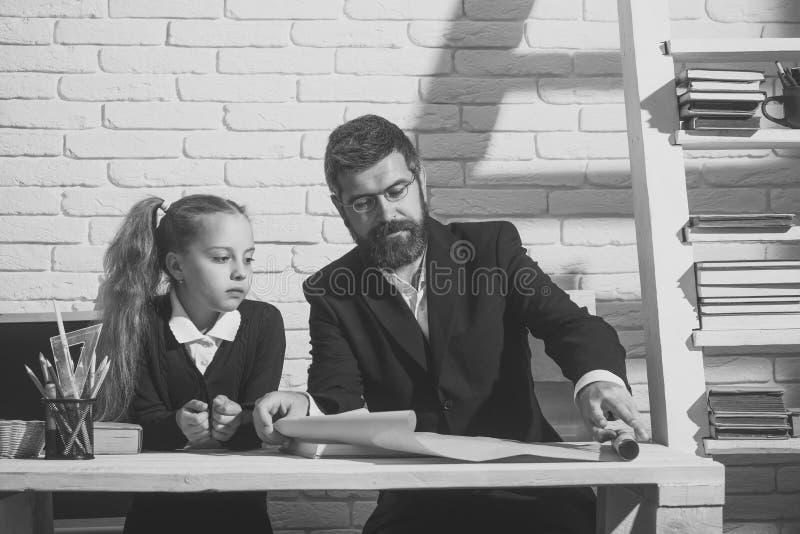 Vorbereitung für Schule Mädchen und Vater im Studienraum auf weißem Ziegelsteinhintergrund stockbild