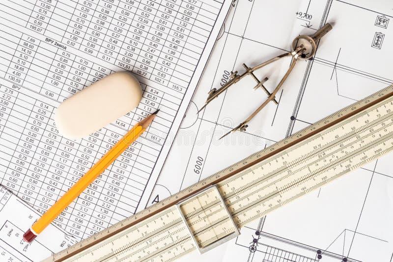 Vorbereitung für Zeichenpapiere, die Werkzeuge und die Entwürfe auf dem ta stockbild