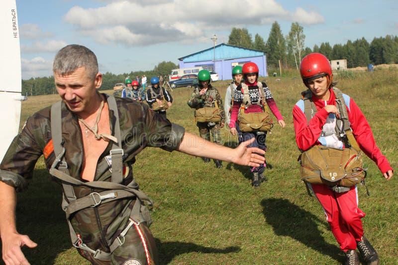 Vorbereitung Parachutists lizenzfreie stockfotografie