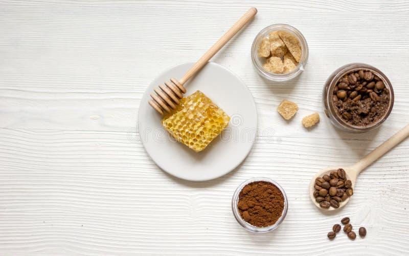 Vorbereitung scheuern sich von der Draufsicht des gemahlenen Kaffees und des Honigs stockfotos