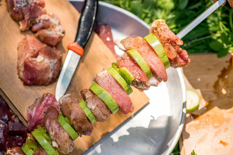 Vorbereitung von Fleischaufsteckspindeln für Grill stockfotos
