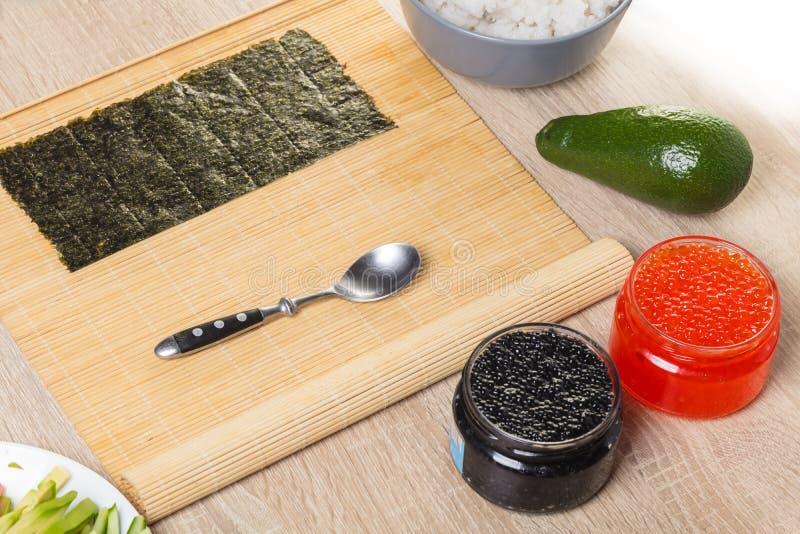 Vorbereitung von Rollen und von Sushi, Bestandteile lizenzfreies stockfoto