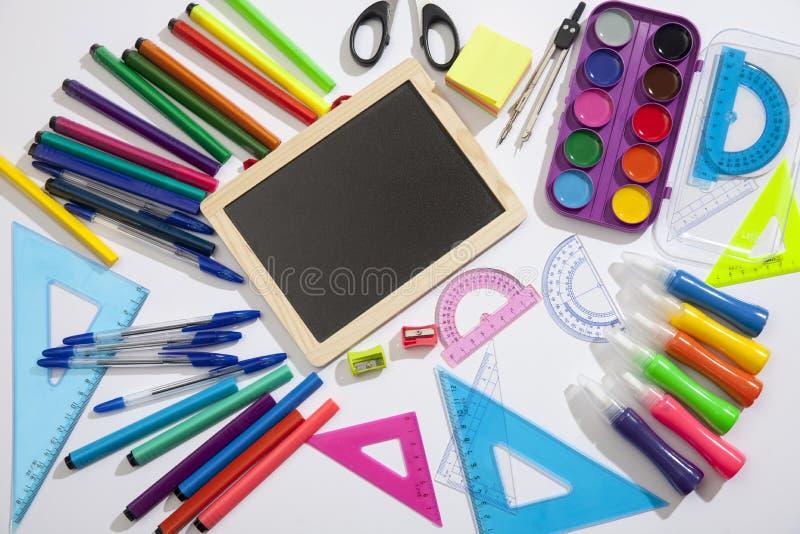 Vorbereitung von Schülern der Grundschule Heller und mehrfarbiger Schulhintergrund mit Briefpapierzusätzen für die Studie von stockbild