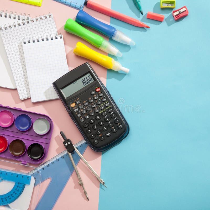 Vorbereitung von Schülern der Grundschule Heller und mehrfarbiger Schulhintergrund mit Briefpapierzusätzen für die Studie von lizenzfreie stockbilder
