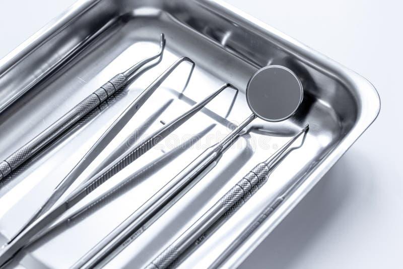 Vorbereitung von zahnmedizinischen Instrumenten vor Arbeit lizenzfreie stockbilder