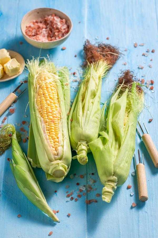 Vorbereitungen für das Grillen des frischen Maiskolbens mit Salz und Butter lizenzfreie stockfotografie