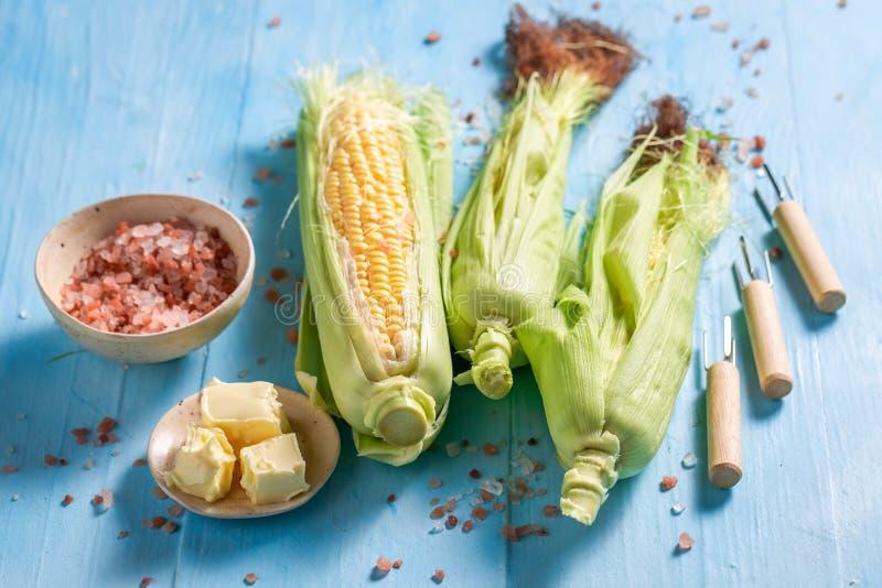 Vorbereitungen für das Grillen des köstlichen Maiskolbens mit Butter und Salz lizenzfreie stockfotos