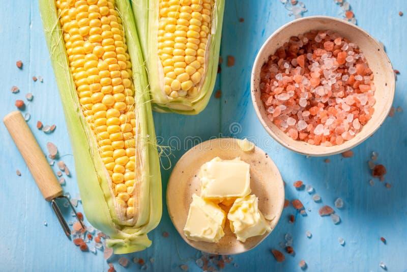 Vorbereitungen für das Grillen des süßen Maiskolbens mit Salz und Butter lizenzfreies stockfoto