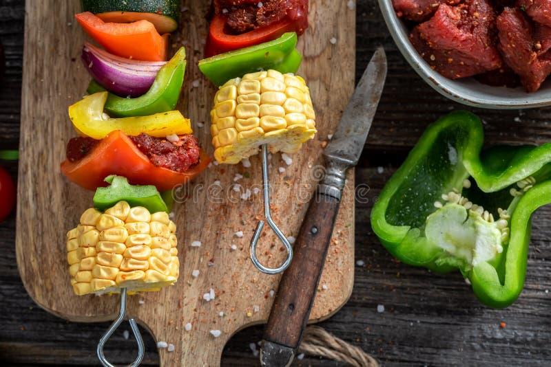 Vorbereitungen f?r das Grillen von geschmackvollen Aufsteckspindeln im Sommer stockfotos