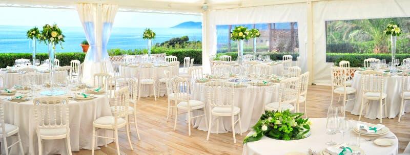 Vorbereitungsrestauranttabellen für die Heirat stockbilder
