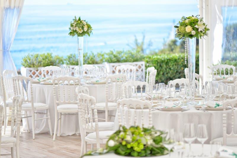 Vorbereitungsrestauranttabellen für die Heirat stockfotografie